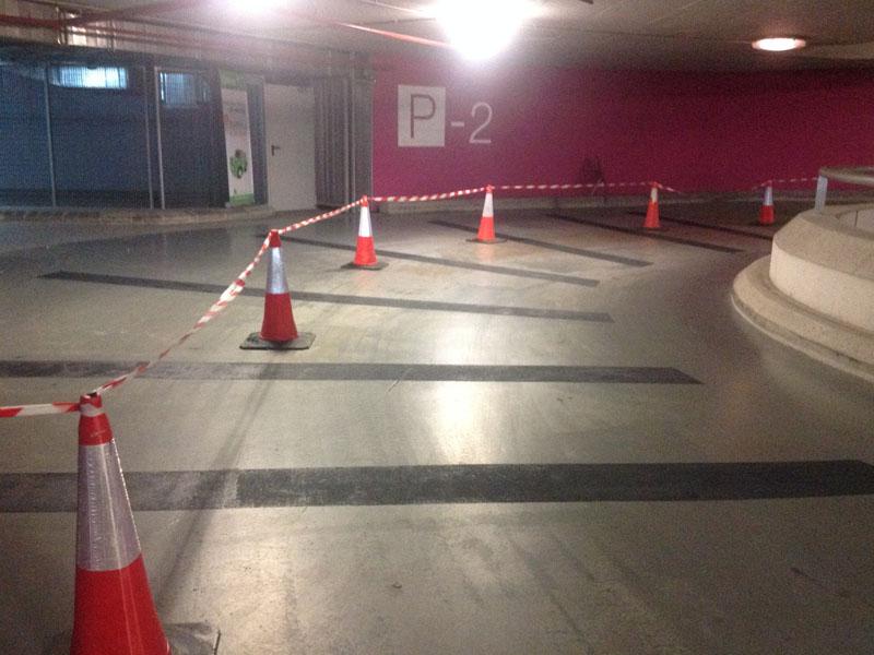 Rampa de hormigón acceso a parking centro comercial
