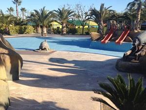 Playa de piscina de hormigón pulido