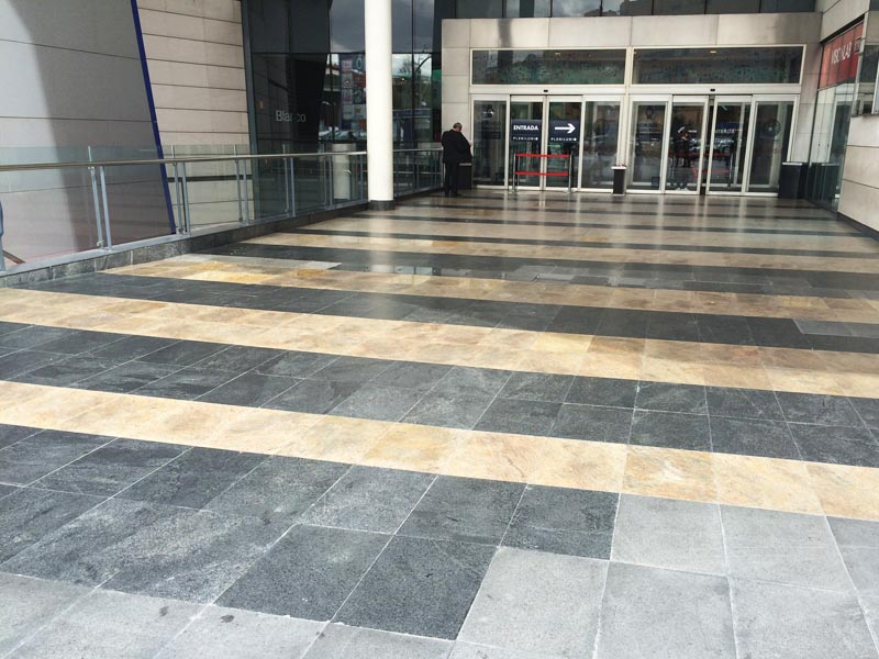 Acceso a centro comercial de granito pulido